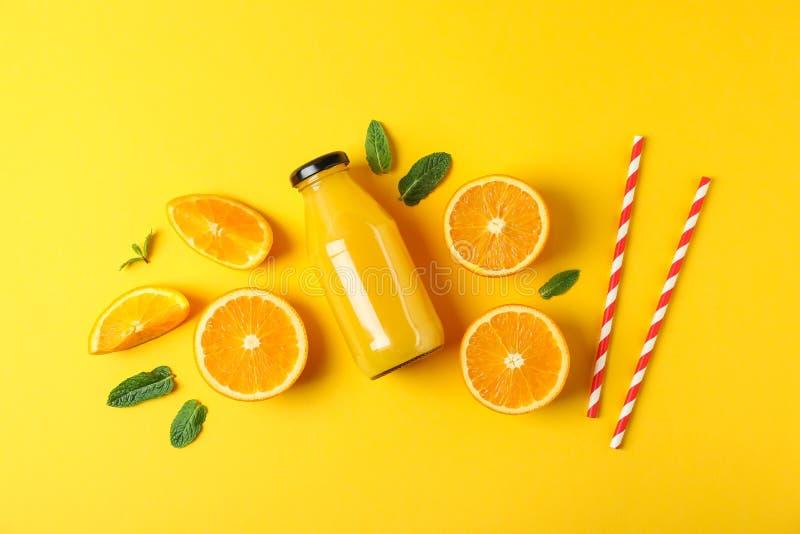 Плоский положенный состав с апельсинами, tubules и апельсиновым соком в бутылке, космосе для текста стоковое фото rf
