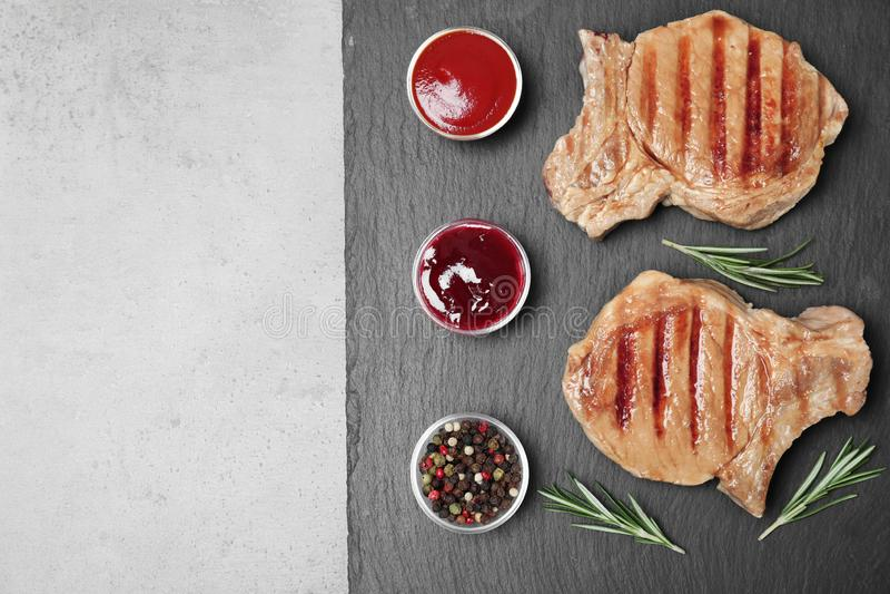 Плоский положенный состав с зажаренным мясом на плите шифера стоковая фотография rf