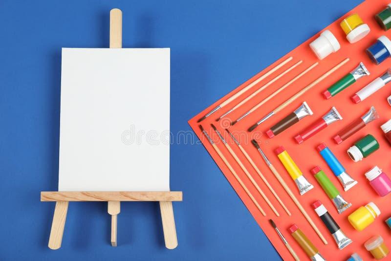 Плоский положенный состав с набором крася инструментов для детей стоковые фото