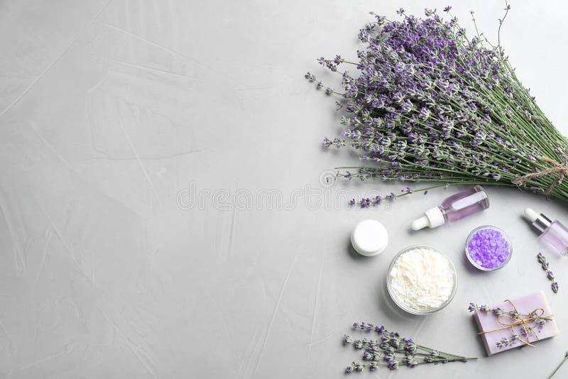 Плоский положенный состав handmade бара мыла с цветками и ингредиентами лаванды на серой каменной предпосылке стоковые фотографии rf