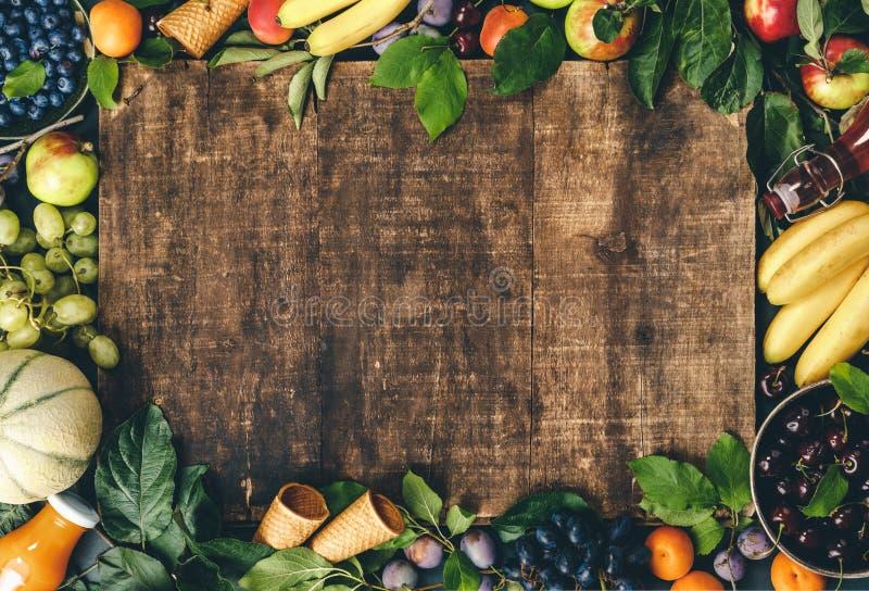 Плоский слой органических фруктов и ягод и свежесмешанный фруктовый сглаживание на закругленном фоне стоковые фото