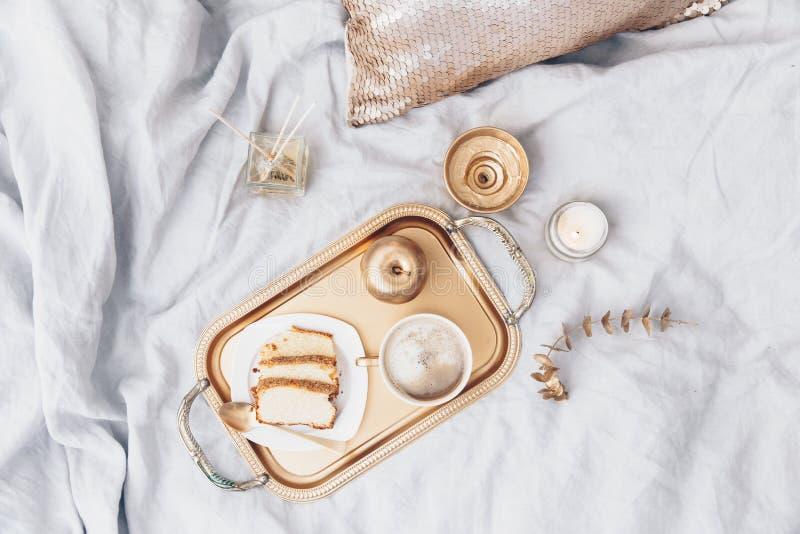 Плоский состав положения с подносом и завтраком в кровати стоковые фото