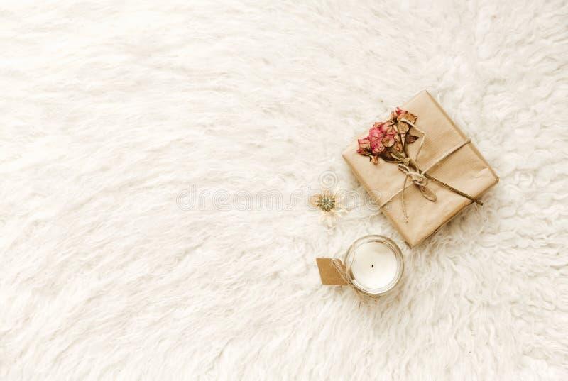 Плоский состав положения с handmade ремеслом обернул подарок стоковое изображение