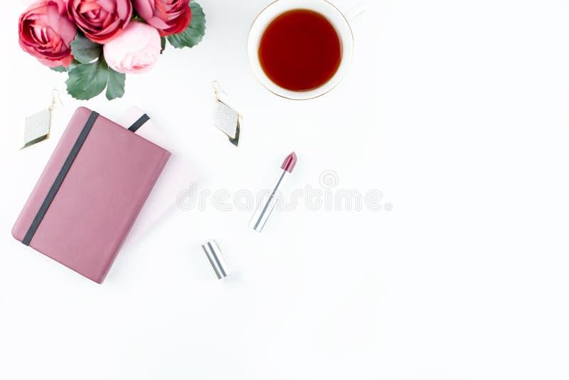 Плоский стол домашнего офиса положения Женственное место для работы с дневником, цветками, помадками, аксессуарами моды Концепция бесплатная иллюстрация