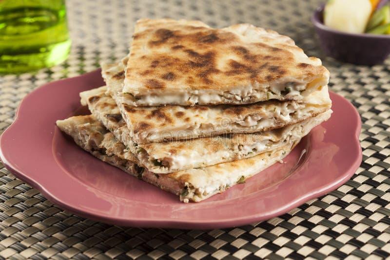 Плоский традиционный итальянский плоский хлеб заполнил с цыпленком и сыром стоковая фотография