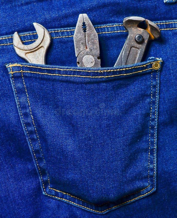 Плоскогубцы, острозубцы, ключ в карманн классических голубых джинсов работа инструмента гаечного ключа fow оборудования стоковое изображение rf