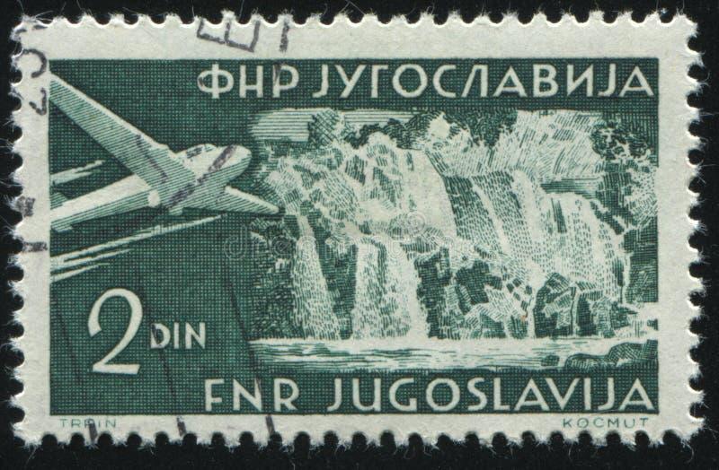 Плоское летание над водопадом стоковая фотография