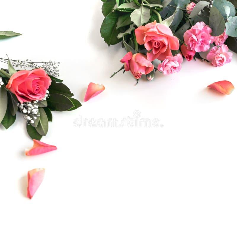 Плоское положение: Библия и пинк, красный, розовый букет цветка E стоковые изображения rf