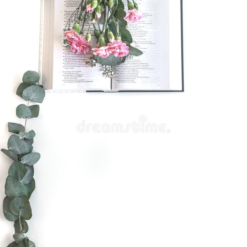 Плоское положение: Библия и пинк, красный, розовый букет цветка E стоковое фото