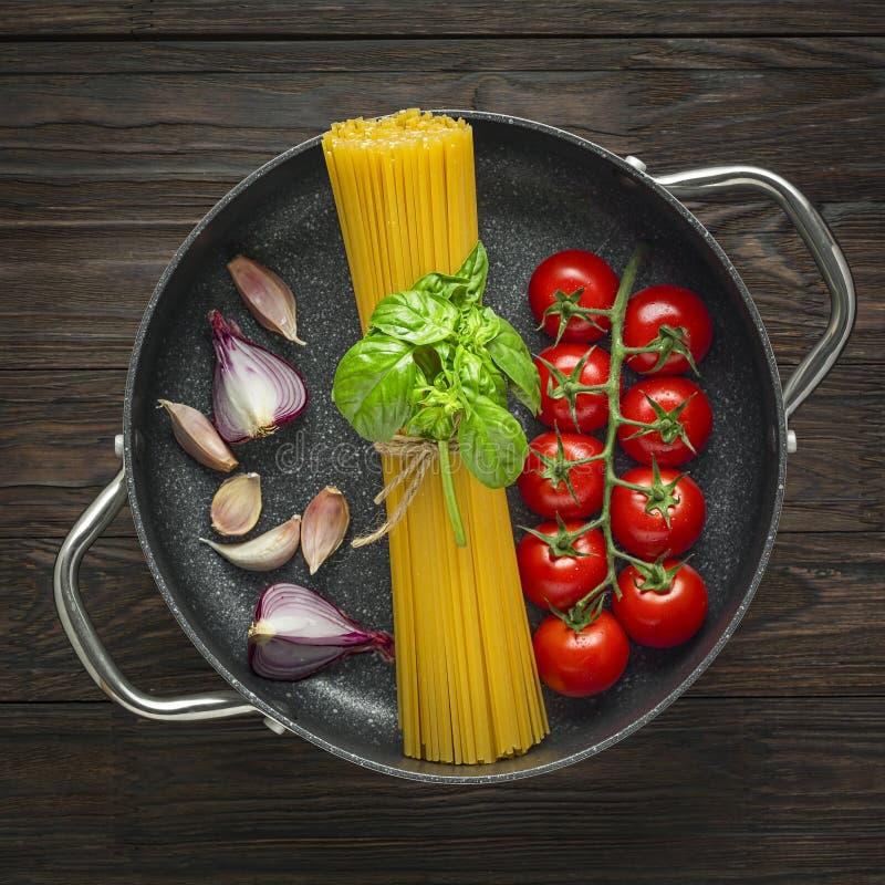 Плоское положение, блюдо макаронных изделий, fettuccine, соль муки, варя ингредиенты, макаронные изделия мяса, мука яйца, спагетт стоковые фото