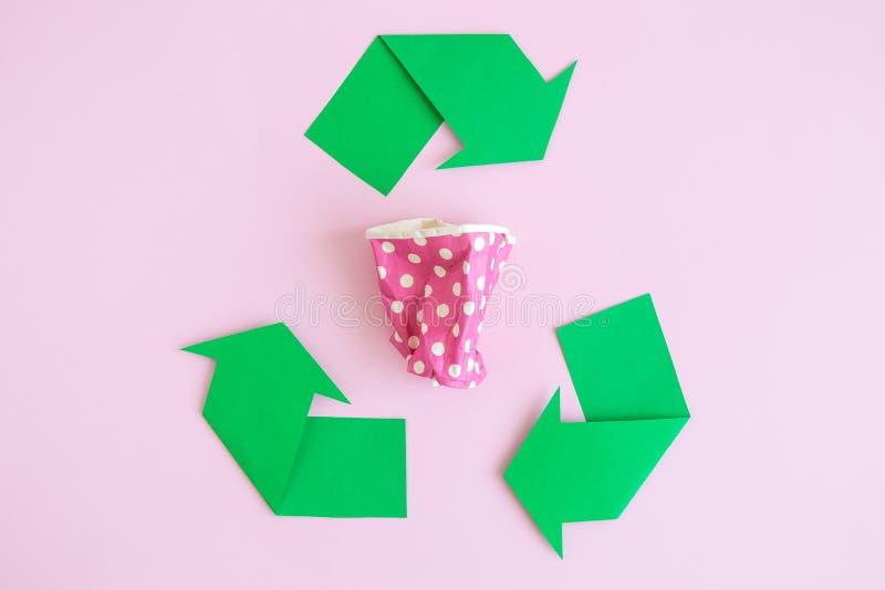 Плоское положение бумажной кофейной чашки и повторно использовать символ на розе стоковые фото