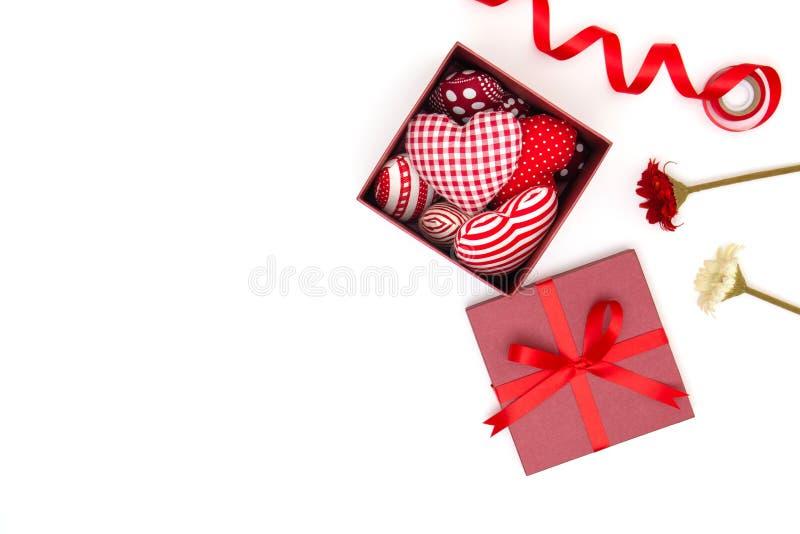 Плоское положение красного сердца подушек в подарочной коробке стоковые фотографии rf