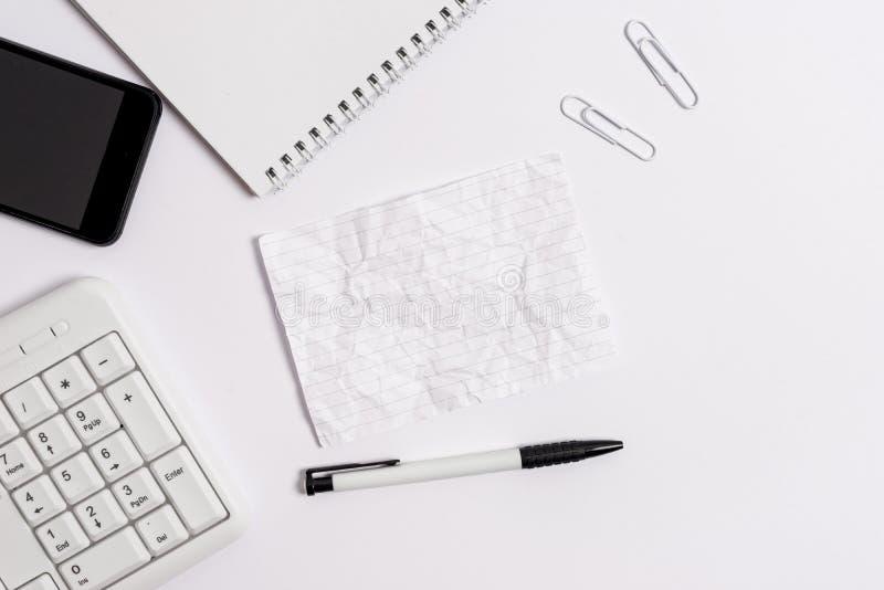 Плоское положение над карандашем мобильного телефона компьютера и бумагой примечания космоса экземпляра Концепция дела с телефоно стоковая фотография