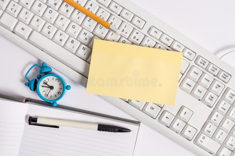 Плоское положение над пустой бумагой примечания на карандашах и часах клавиатуры ПК Изображение концепции дела с пустой бумагой п стоковое фото