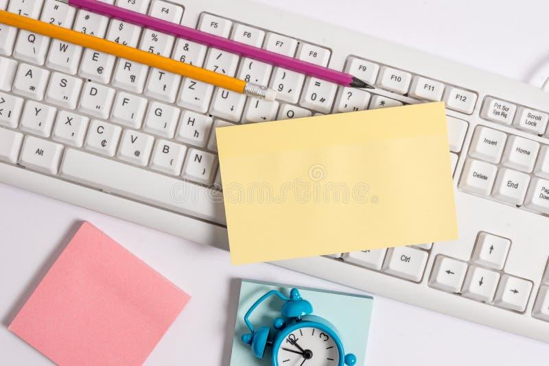Плоское положение над пустой бумагой примечания на карандашах и часах клавиатуры ПК Изображение концепции дела с пустой бумагой п стоковые изображения