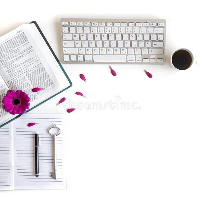 Плоское положение: открытая библия, клавиатура, черная ручка, журнал, примечания и пинк, пурпурные, violette, красный цветок Gerb стоковое изображение