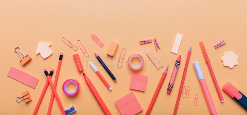 Плоское положение офиса, канцелярских принадлежностей школы на оранжевой предпосылке цвета стоковое изображение rf