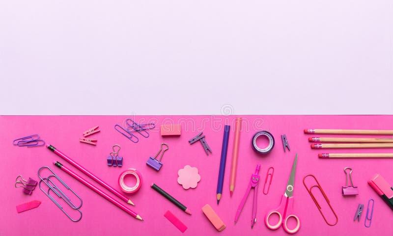 Плоское положение офиса, канцелярских принадлежностей школы на розовой предпосылке стоковая фотография