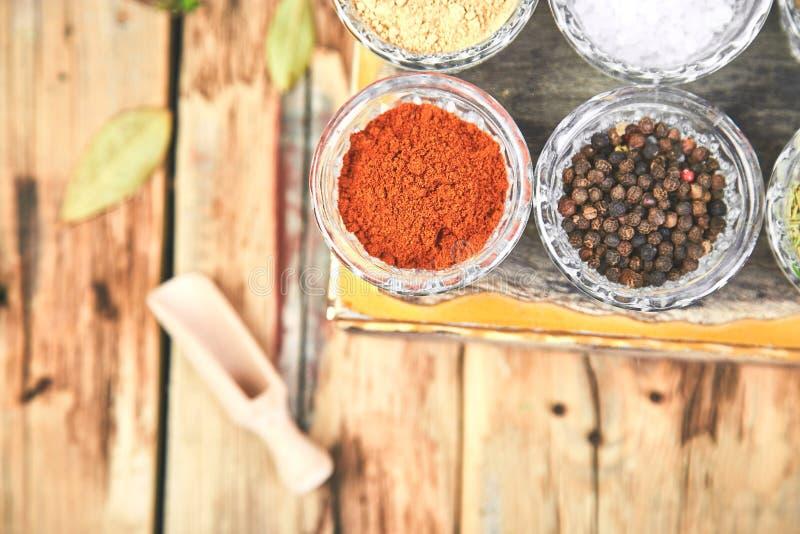 Плоское положение приправляя предпосылки Высушенная приправа специи и травы со свежим и стоковое изображение