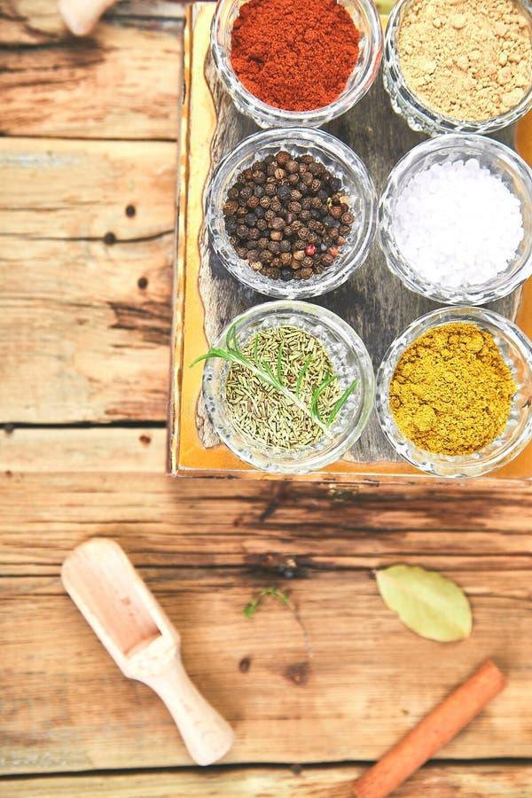 Плоское положение приправляя предпосылки Высушенная приправа специи и травы со свежим и стоковая фотография rf