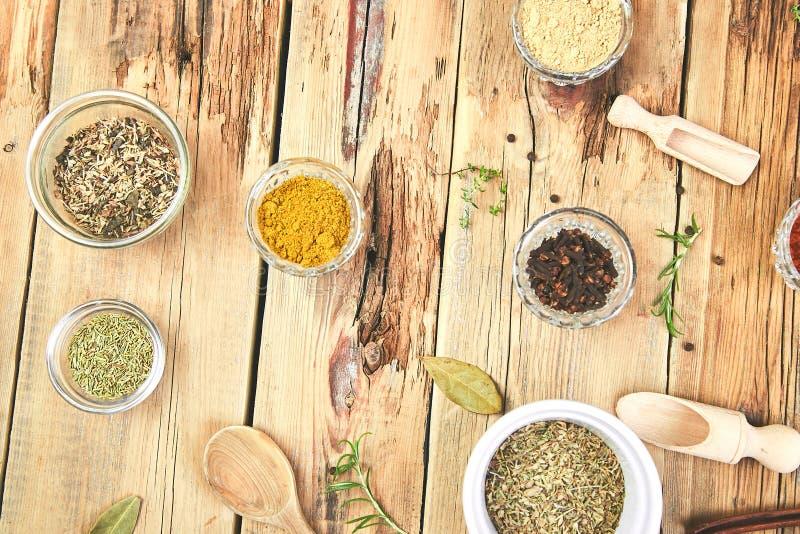 Плоское положение приправляя предпосылки Высушенная приправа специи и травы со свежим и стоковое фото