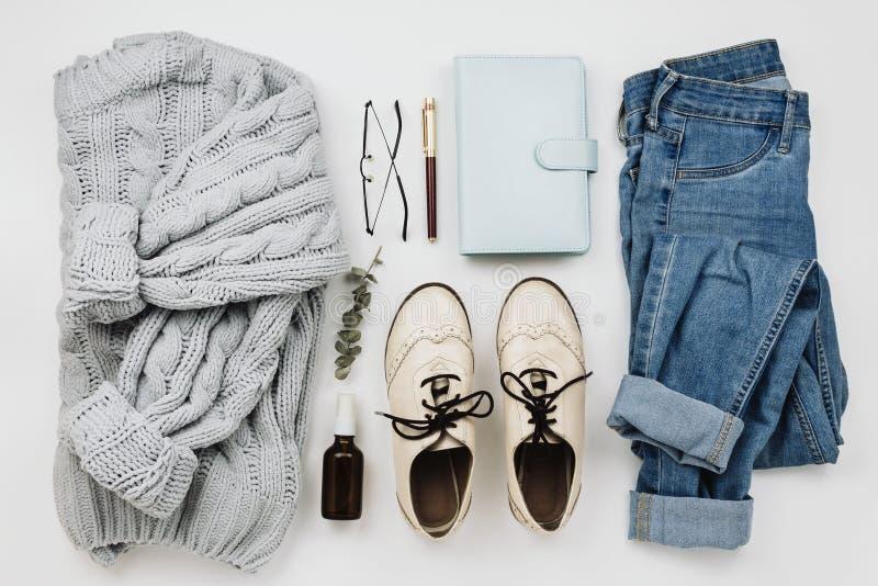 Плоское положение различных уютных одежд и аксессуаров ` s женщины стоковое фото