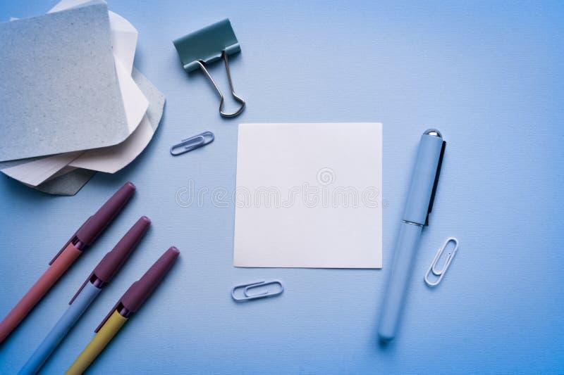 Плоское положение, стол таблицы офиса взгляд сверху Место для работы Minmal Накладные расходы таблицы офиса Стол дела на сини стоковое изображение rf
