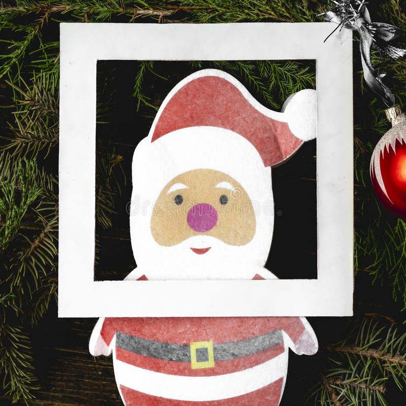 Плоское положение с игрушками рождества и оформлением santa clous на концепции ветвей древесины сосны стоковое изображение rf
