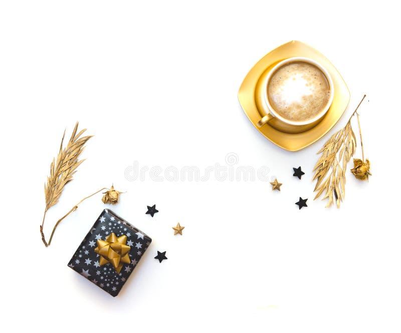 Плоское положение с кофе и подарочной коробкой Белая предпосылка стоковые изображения rf