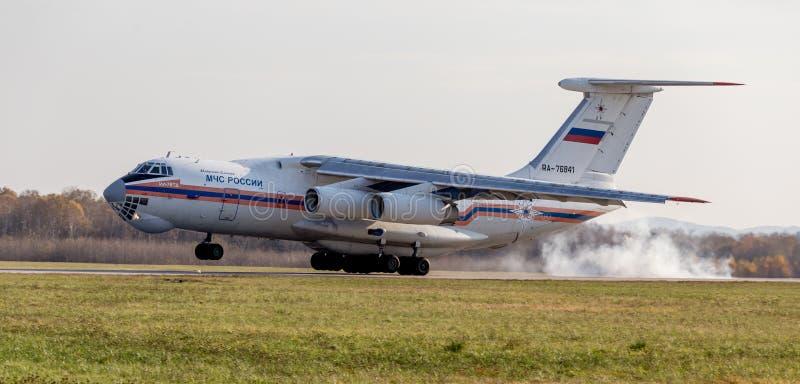 Плоское Ilyushin Il-76TD НАТО сообщая имя: Беспристрастный приземляет Дым из-под шасси Фюзеляж самолета стоковое изображение