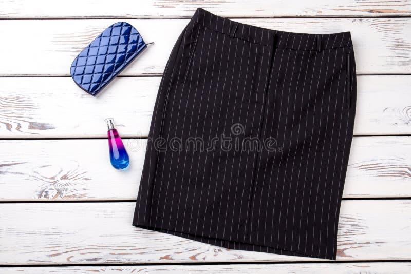 Плоской юбка простирания положения striped чернотой стоковые фотографии rf