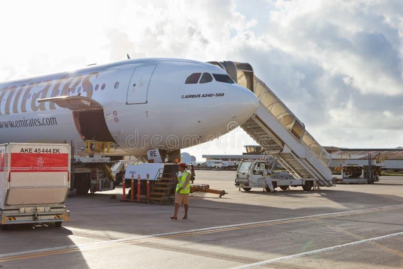 Плоскость в авиапорте Дубай стоковые фотографии rf