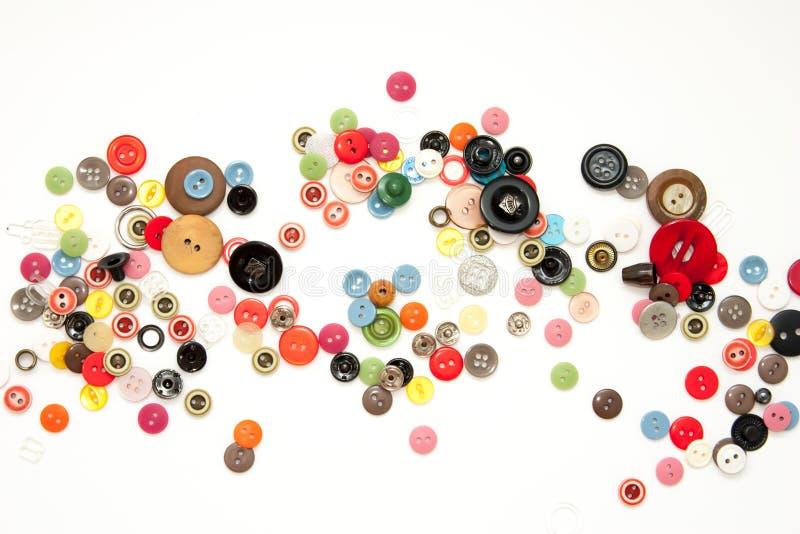 Плоско положите с красочными шить кнопками, насмешливыми вверх, взгляд сверху Модель-макет кнопок плана на пустой белой предпосыл стоковое изображение rf