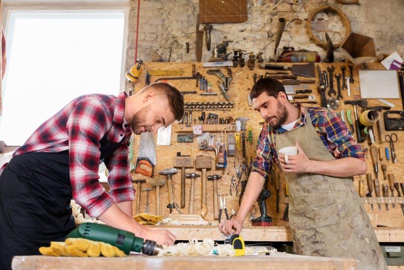 Плотники работая и выпивая кофе на мастерской стоковая фотография rf