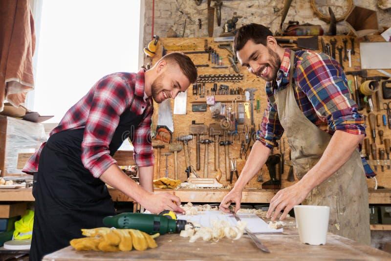 Плотники с правителем и светокопией на мастерской стоковые фото