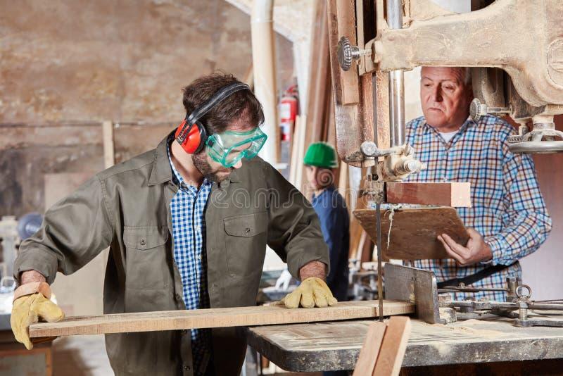 Плотник во время ученичества стоковое изображение rf