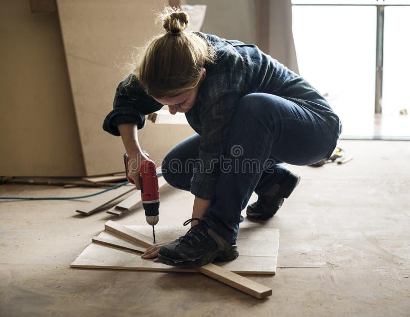 Плотник используя сверло на древесине стоковое фото