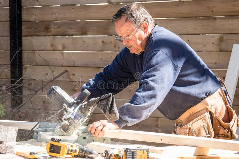 Плотник работая на деревянной структуре стоковые фотографии rf