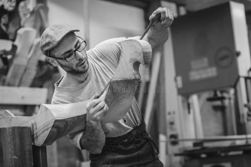 Плотник работая на деревянном forcola для венецианской гондолы стоковые фото