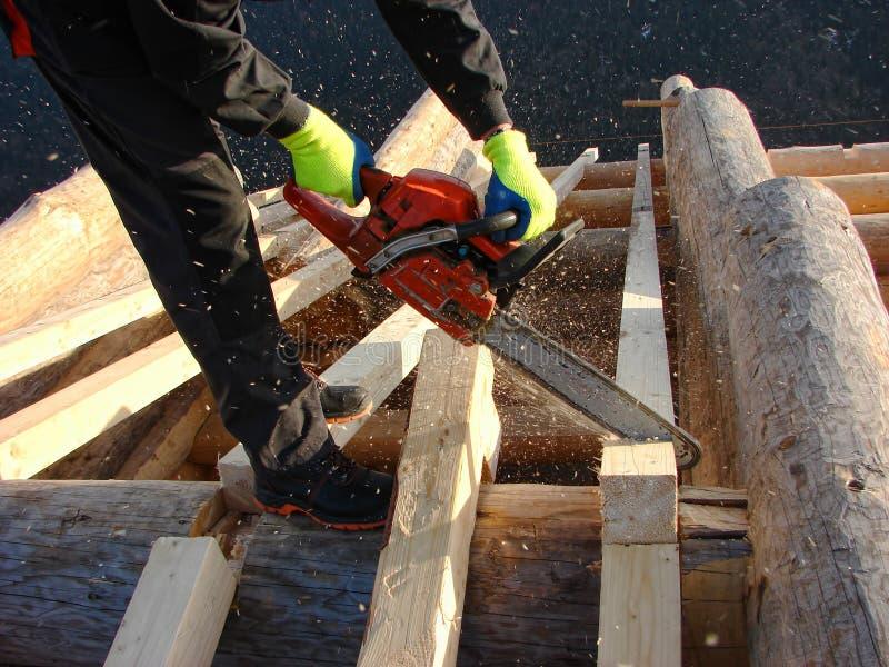 Плотник работая на кабине стоковая фотография