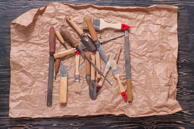 Плотничество, инструменты оборудования конструкции на деревянной черной таблице стоковые фото