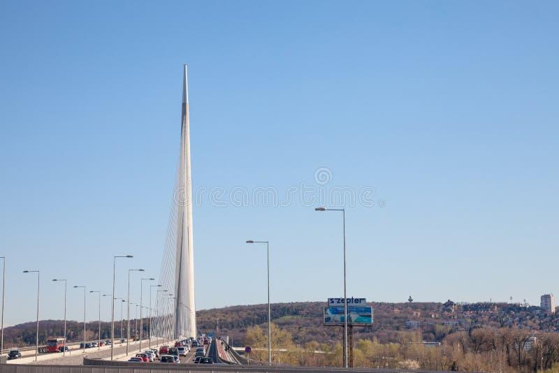 Плотное движение на шоссе Белграда проходя на мост Ada, один из самых недавних мостов на Реке Сава стоковое фото