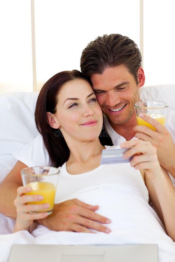 Плотные пары выпивая апельсиновый сок стоковое фото rf