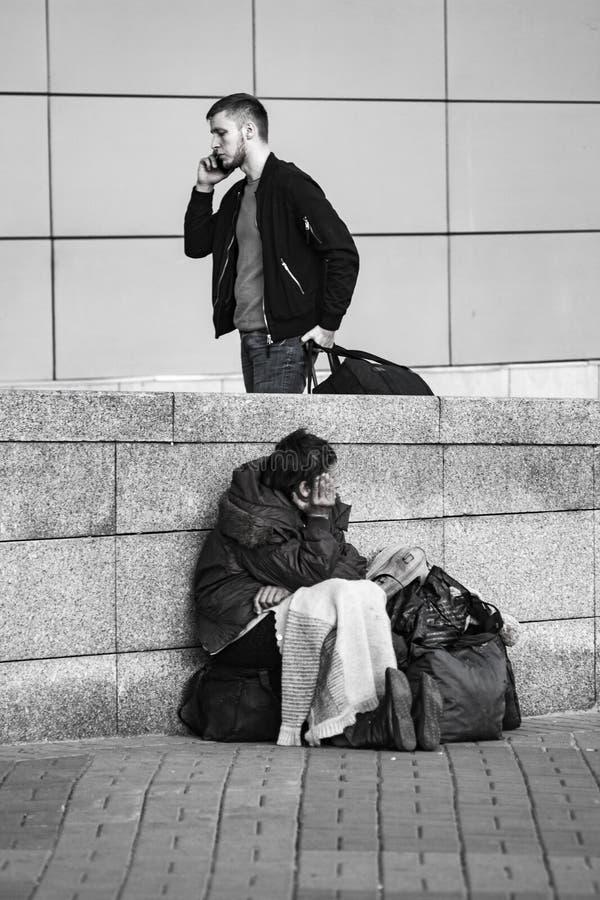 Плохая бездомная женщина и успешный человек стоковые фотографии rf