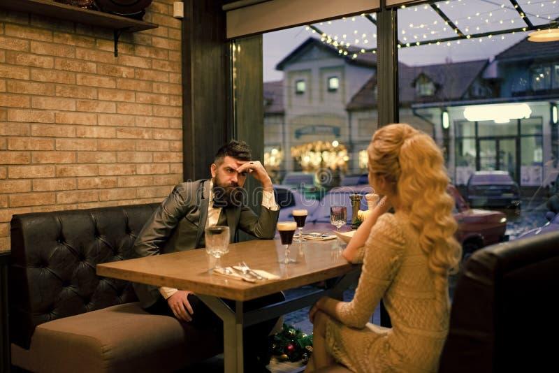 Плохая дата пар, прекращает отношения и влюбленность Деловая встреча человека и женщины День валентинок с женщиной и человеком стоковое фото