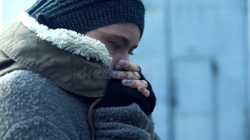 Плохая женщина в грязных одеждах чувствуя холодный, бездомный образ жизни, безвыходность стоковая фотография rf