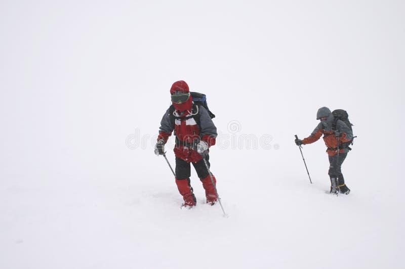 плохая зима погоды альпинистов стоковое фото