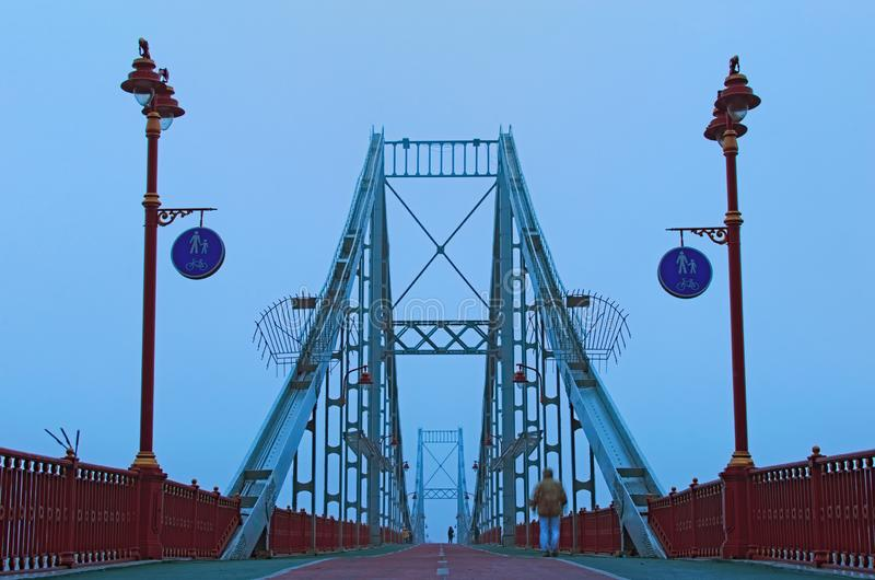 Плохая погода осени Концепция туманной погоды в городе Взгляд ландшафта пешеходного моста через реку Dnipro стоковое изображение