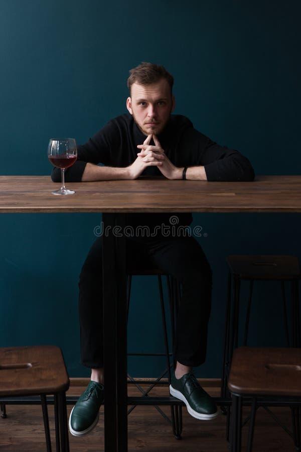 Плохая романтичная дата Молодой мужской ждать партнер стоковые фото