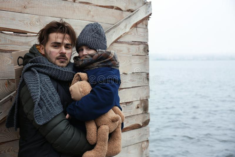 Плохие отец и ребенок на береге реки стоковое изображение